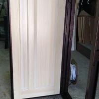 Накладка из массива сосны на металлическую дверь