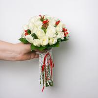 Замечательный букетик из 33 роз, гиперикума и каланхое для очаровательной Ирочки