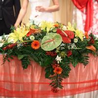 Замечательная композиция.Цветы любви-антуриумы в центре композиции,герберы,каллы,хризантемы и много других цветочков
