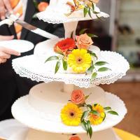 Тортик оформлен живыми цветами