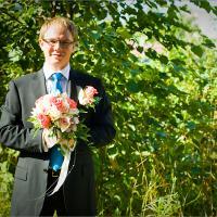 Вот Паша готов невесту встретить