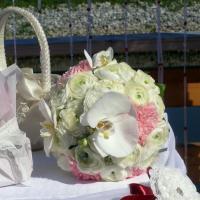 Букетик из ранулкулюсов, гвоздики и орхидеи