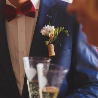 Бутоньерка жениха из фрезии,вставлена в винную пробку