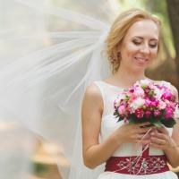 В букете у Вики представлены пионы,кустовые розы,фрезия...он получился ярким,красочным,и так подходил нашей невесте!