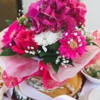 гортензия,гербера,хризантемы.композиция на столе гостей стоит на спилах бревна
