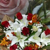 №10 Букет из лилий, роз, гипсофилла и зелени. Цена: 2 600 руб.