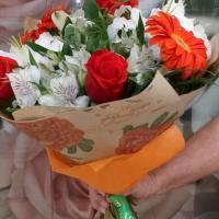 №2 Букет из роз сорта Нина, гербер, альстромерии, лилий и зелени. Цена: 1 750 руб.