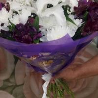 №3 Букет из альстромерий, лилий, хризантем, гипсофилла и зелени. Цена: 1 670 руб.