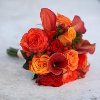 Букет из калл(2 сорта),роз,гиперикума.Букет тейпированный,поэтому очень легкий