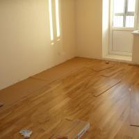 работы по наклейке напольной керамической плитки в кухне и коридоре и настил ламината в 3-х комнатной квартире по адресу ул. Иваноского.