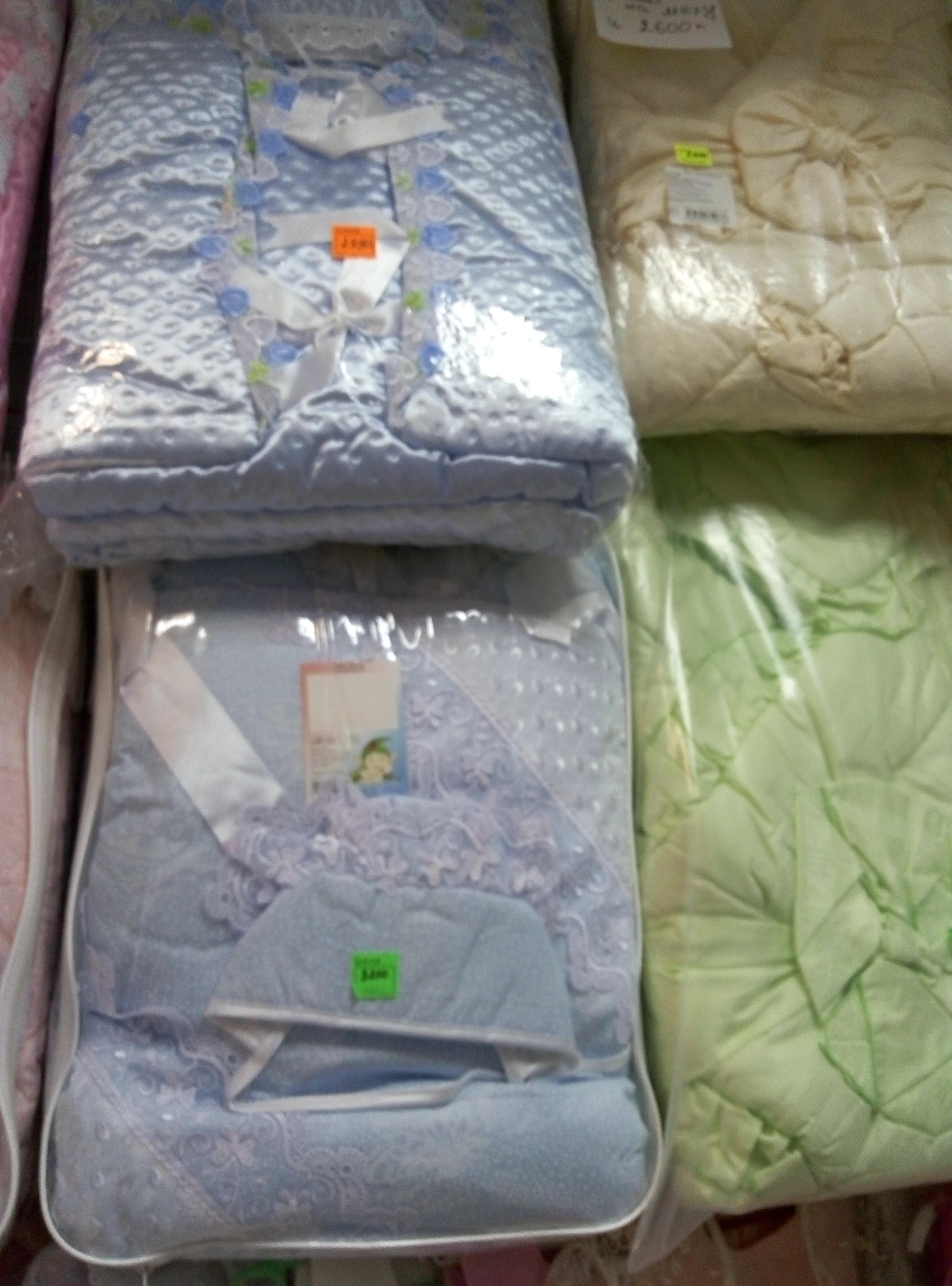 Комплекты на выписку(зима,синтепон) Х/Б , кружева, одеяло+конверт. Цвет:голубой,розовый. Цена:3200р. Одеяло на меху. Цена:1100р. Цвет:Желтый,зеленый.