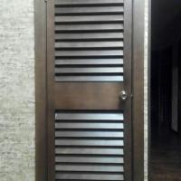 Жалюзийная дверь из массива сосны