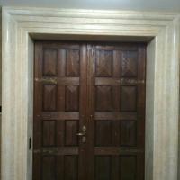 металлическая дверь обшитая филенками из массива сосны